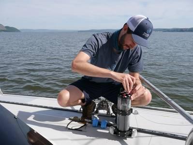 Ο Ethan Edson της Ocean Diagnostics επιδεικνύει μερικούς από τους μικροπλακιδικούς αισθητήρες του. Πιστοποίηση: Ocean Diagnostics.