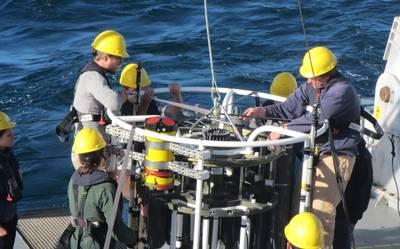 Fig. 1: Teledyne RDI ADCP anexado a um pacote hidrográfico antes de baixar para grandes profundidades. Crédito: J. Lemus (U. Hawaii). https://goo.gl/VfvYn1