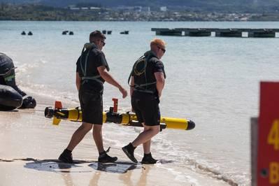 Marines testen die Zukunft der Meeresaufklärung in Marine Corps Base Hawaii mit einem unbemannten Unterwasserfahrzeug von Iver (Marine Corp Foto von Sgt. Jesus Sepulveda Torres).