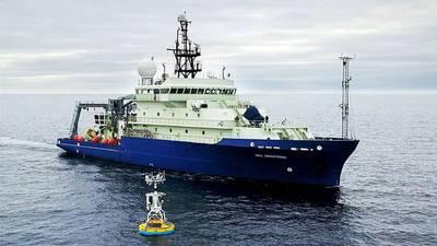El buque de investigación Neil Armstrong llegó para recuperar un amarre de superficie que es parte de la OOI Global Array en el Mar de Irminger al sur de Groenlandia en 2016. (Foto de James Kuo, Institución Oceanográfica Woods Hole)