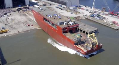 O casco de 10.000 toneladas do RRS Sir David Attenborough desliza na água (Foto: BAS)