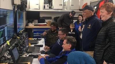 A equipe de expedição hospedou os visitantes da van de controle de missão para ver o mapeamento ASV BEN se desdobrar em tempo real. (Foto: Ocean Exploration Trust)