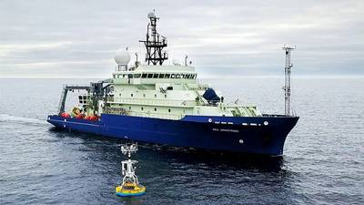 O navio de pesquisa Neil Armstrong chegou para recuperar uma ancoragem de superfície que faz parte do OOI Global Array no Irminger Sea, ao sul da Groenlândia, em 2016. (Foto de James Kuo, Woods Hole Oceanographic Institution)
