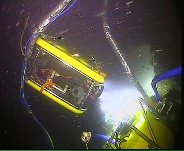 Ένας ROV παρακολουθεί το Moskito κατά τη διάρκεια της ανάκτησης πετρελαίου από την Thetis (Φωτογραφία: MIko Marine)