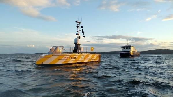 Концепция команды выпускников GEBCO-NF отплывает из Хортен, Норвегия, на первом из трех 24-часовых морских испытаний. Команда наблюдала успешный раунд испытаний с охранного судна, увиденного здесь за USV-Maxlimer. (Фото: GEBCO)
