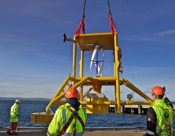 Маневрирование подводного силового узла над причалом для первого пробного испытания системы. (Фото: Nortek)