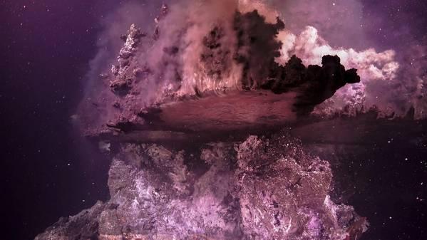 Перегретая гидротермальная жидкость течет вверх из подводного вулкана в 2000 м ниже Калифорнийского залива, Мексика (Фото: Институт океана Шмидта)