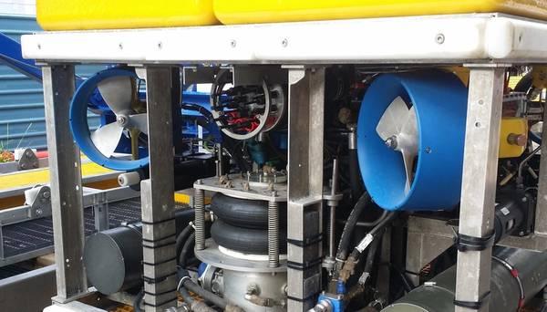 وحدة الإرسال المتعدد للألياف الضوئية EMO DOMINO-7 (MUX) مثبتة على ROV. (الصورة: MacArtney)