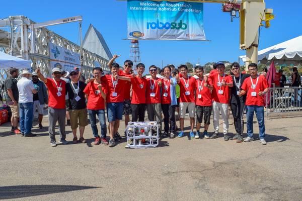 中国のHarbin Engineering Universityが2018年国際RoboSubコンクールで第1位を占めます。 RoboSubは、学生が一連の視覚および音響ベースのタスクで競争する自律型水中ビークルを設計および構築するロボットプログラムです。 (Julianna Smith、RoboNationによる写真)