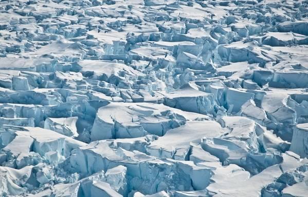南極パインアイランド氷河の地上線に近いクレバス。 (クレジット:ワシントン大学/ I。Joughin)