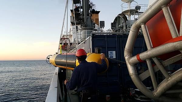 肌肉自动水下航行器部署。照片由CMRE提供