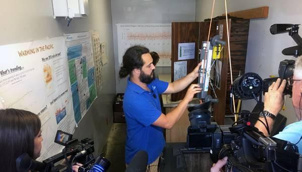 Mediciones de temperatura del agua de mar tomadas en el muelle de Scripps. (Crédito de la foto: Scripps Institution of Oceanography en la Universidad de California en San Diego)