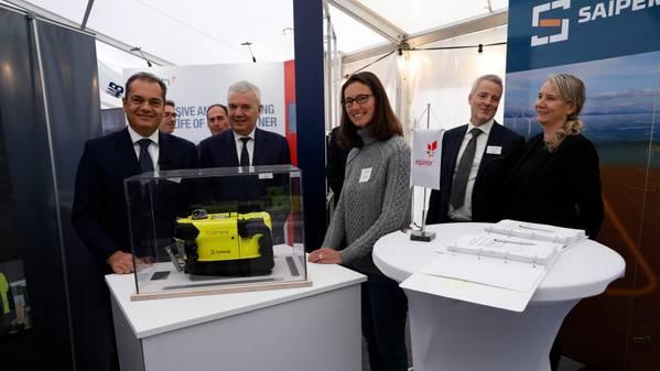 Saipem的Sonsub主管Roberto Di Silvestro(左),Giovanni Chiesa,Saipem的海底工程和水下技术主管,Equinor的首席技术官Sophie Hildebrand,Equinor的采购经理Hans Henrik Nygaard和Equinor的经理Gry Lindboe。 (照片:Arne Reidar Mortensen)