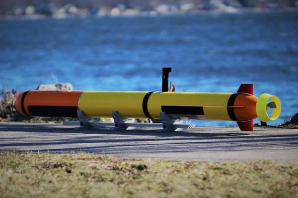 Veículo submarino autônomo Iver Precision Workhorse do L3 OceanServer com transdutores de batimetria e varredura lateral baixa. Foto cortesia do L3 OceanServer.