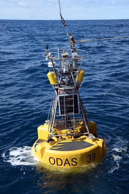 A bóia do Observatório PAP na superfície do oceano (Foto: NOC)