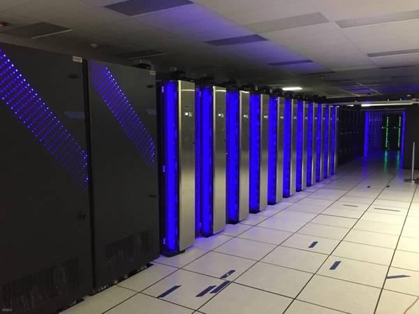 El nuevo y poderoso Dell zumba junto a las computadoras IBM y Cray de NOAA en un centro de datos en Orlando, Florida. Los tres sistemas combinados en Florida y Virginia otorgan a NOAA 8.4 petaflops de velocidad total de procesamiento y allanan el camino para mejorar los modelos meteorológicos y pronósticos. (Foto: NOAA)