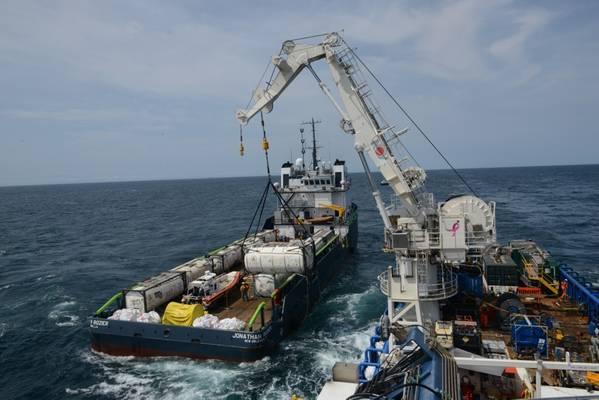 Τα πληρώματα στο πλοίο SHELIA BORDELON αφαιρούν περισσότερα από 450.000 γαλόνια πετρελαίου από το ναυάγιο Coimbra 30 μίλια ανοιχτά από το Shinnecock, οι ανταποκριτές του NYUS Coast Guard ανακάλυψαν σημαντική ποσότητα λαδιού σε φορτία και δεξαμενές καυσίμων κατά τις επιτόπιες εκτιμήσεις της Coimbra τον Μάιο του 2019. ( Αμερικανική ακτοφυλακή φωτογραφία από τον Michael Himes)