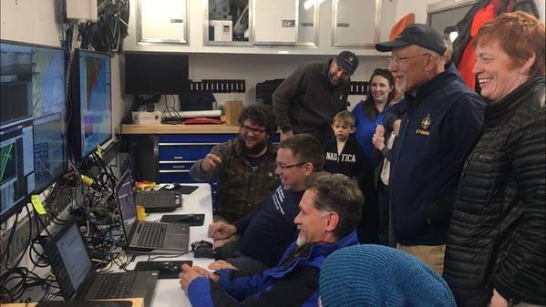 استضاف فريق البعثة الزوار إلى سيارة مراقبة المهمة لمشاهدة خرائط ASV BEN تتكشف في الوقت الفعلي. (الصورة: صندوق استكشاف المحيطات)