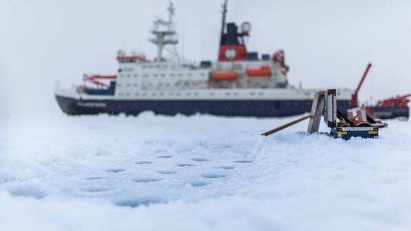 德国研究船Polarstern在加冰站。从北极海冰中取出冰芯和水样的钻孔视图。 (图片Stefan Hendricks / AWI)