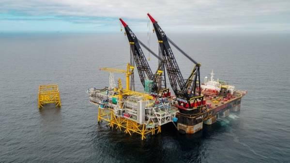 所有的平台拼图碎片都由重型升降船Thialf提升到位。 (照片Woldcam  -  Roar Lindefjeld Bo Randulff国家石油公司)
