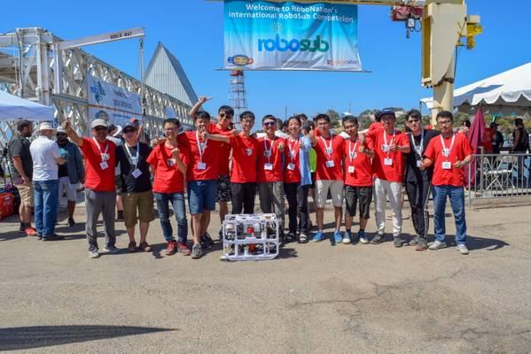 Το Harbin Engineering University από την Κίνα κατέχει την πρώτη θέση στον Διεθνή διαγωνισμό RoboSub του 2018. Το RoboSub είναι ένα πρόγραμμα ρομποτικής όπου οι σπουδαστές σχεδιάζουν και κατασκευάζουν αυτόνομα υποβρύχια οχήματα για να ανταγωνίζονται σε μια σειρά από οπτικά και ακουστικά καθήκοντα. (Φωτογραφία της Julianna Smith, RoboNation)