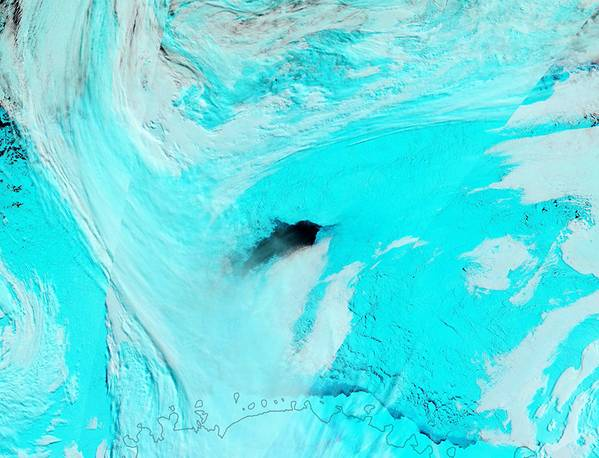 Polynya do mar de Weddell, initally 3.700 milhas quadradas, 2017. A imagem de satélite da NASA da cor falsa mostra o gelo no azul, nuvens no branco. (Foto: Scripps Institution of Oceanography)
