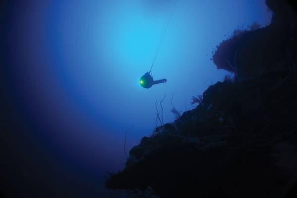 El depresor BlueComm de Sonarydne en el agua en Aldabra, durante la misión Nekton First Descent. Foto: Nekton Oxford Deep Ocean Research Institute