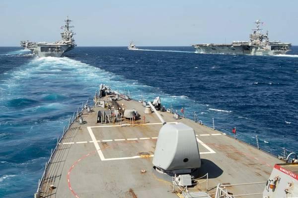 O destróier de mísseis guiados USS Arleigh Burke (DDG 51) transita em formação com o destróier de mísseis guiados USS Mason (DDG 87), o cruzador de mísseis guiados USS Normandy (CG 60) e as aeronaves USS Abraham Lincoln ( CVN 72) e USS Harry S. Truman (CVN 75) durante operações de sustentação e qualificação de transportadora dupla no Atlântico. (Foto da Marinha dos EUA pela Especialista em Comunicação de Massa 2ª Classe Justin Yarborough / Lançado)