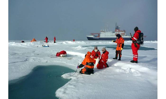 AWI sea-ice physicists have ericted an ice camp to investigate melt ponds on Arctic sea ice. (Photo Alfred-Wegener-Institut  Mar Fernandez)