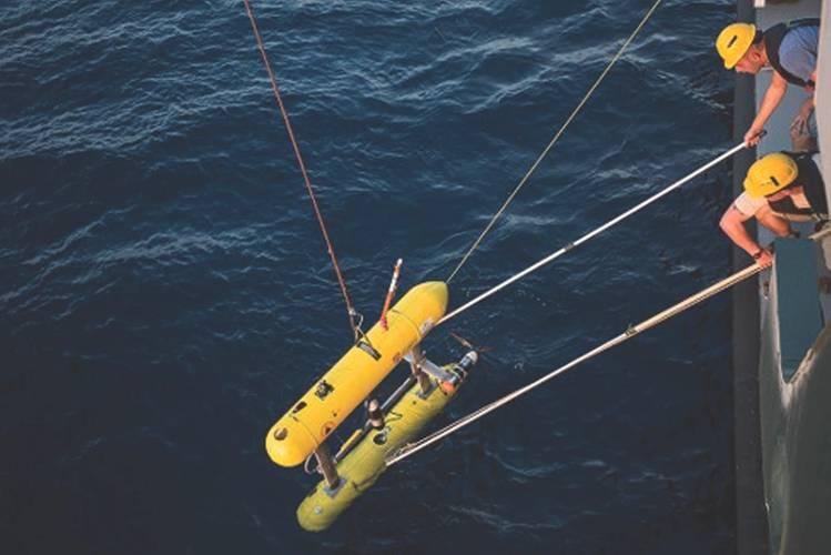 Andrew retrieving University of Sydney Sirius AUV (Photo: PicSea)