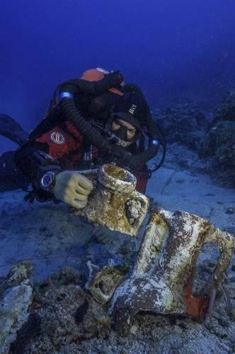Brendan Foley compares amphora styles on the Antikythera Shipwreck. (Photo by Brett Seymour, EUA/WHOI/ARGO)