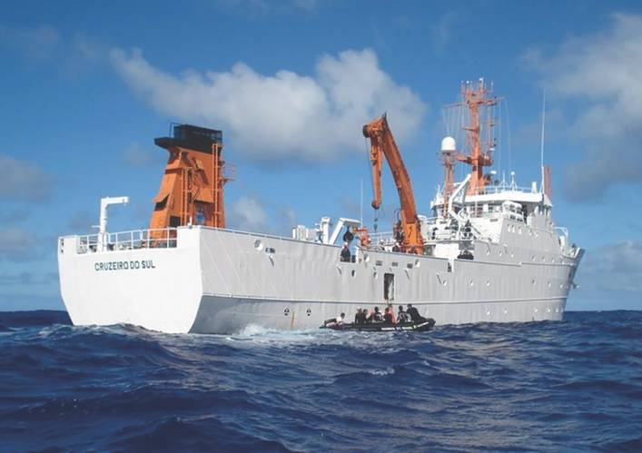 H38 deploying researchers (Photo: Brazil Navy)