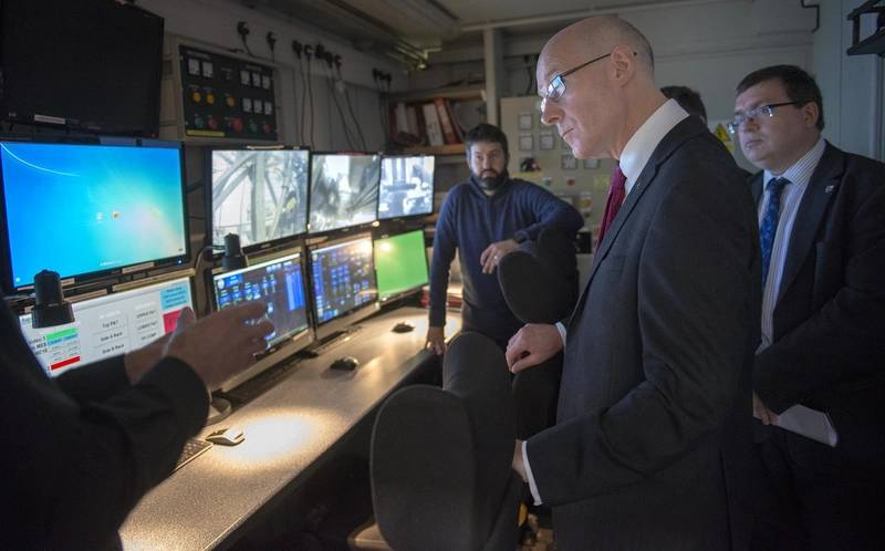 Deputy First Minister John Swinney learns more about the research underway at the Lyell Center. (Photo: Heriot-Watt University)