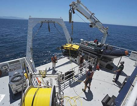 Kakani Katija and MBARI marine operations staff launch the MiniROV and DeepPIV system from the stern of the research vessel Western Flyer. Image: © 2015 MBARI