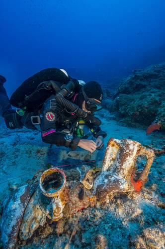 Professional technical diver Gemma Smith studies artifacts on the Antikythera Shipwreck. (Photo by Brett Seymour, EUA/WHOI/ARGO)