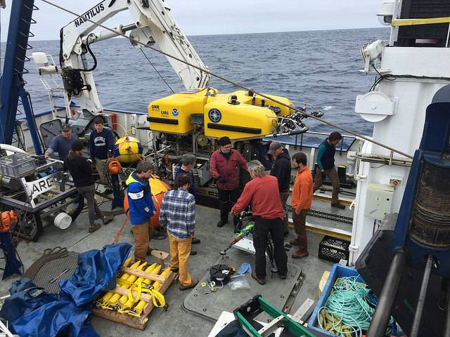 The team discusses dive operations on the Nautilus deck (Photo: ONC)