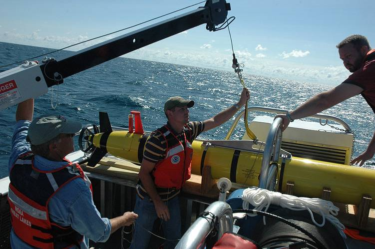 A team from the University of Texas launches an autonomous underwater vehicle in Thunder Bay National Marine Sanctuary in 2010. (Photo: NOAA)