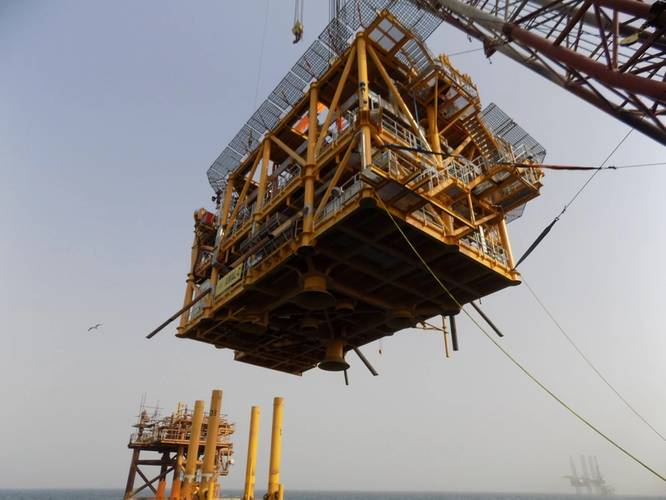 The 385 tonne topside of the Aquaterra Sea Swift being installed. It features a helideck and emergency accommodation with provision for six wells (Photo: Aquaterra Energy)