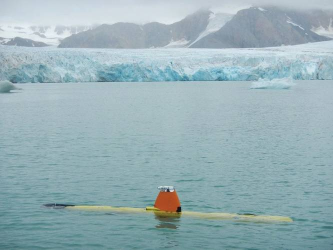 Freya AUV about to dive in front of the Fjortende Julibreen glacier